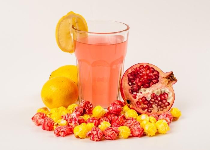 jolie décoration de cocktail sans alcool et sucre préparé aux fruits agrumes et garni de tranches citron