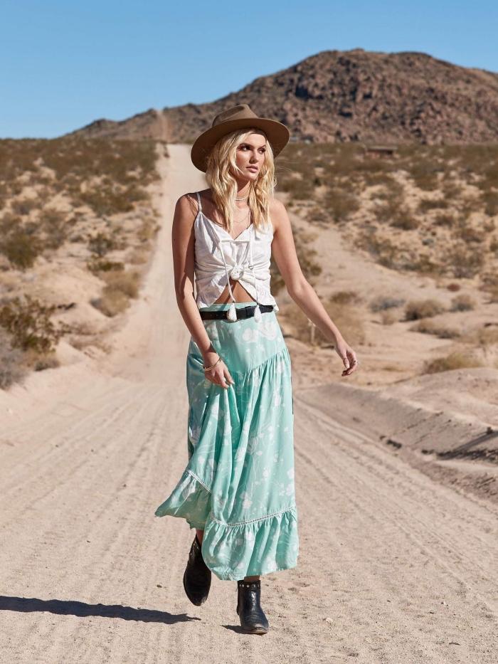 idée vetement boheme avec jupe longue vert et blanc accessoirisée avec ceinture et bottines de cuir noir et top blanc