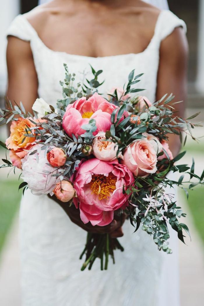 joli bouquet de pivoines et de feuillages pour la mariée boho élégante