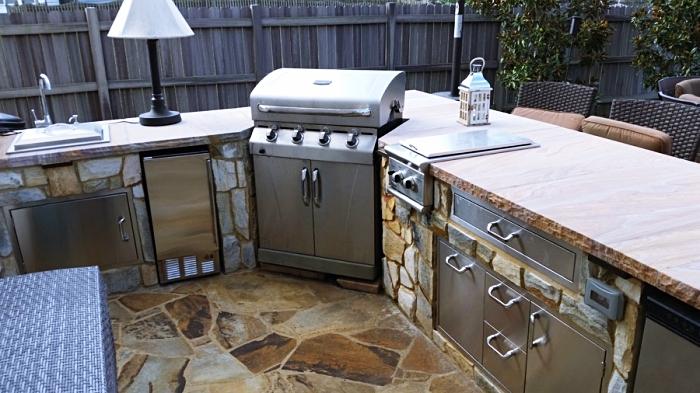 déco de jardin avec coin cuisine en pierre et acier inoxydable, meubles de cuisine avec chaises en rotin foncé