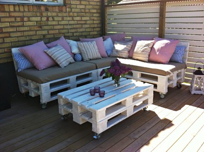 modèles de coussin pour palette de couleurs pastel ou neutres, coin extérieur aménagé avec mobilier en palettes