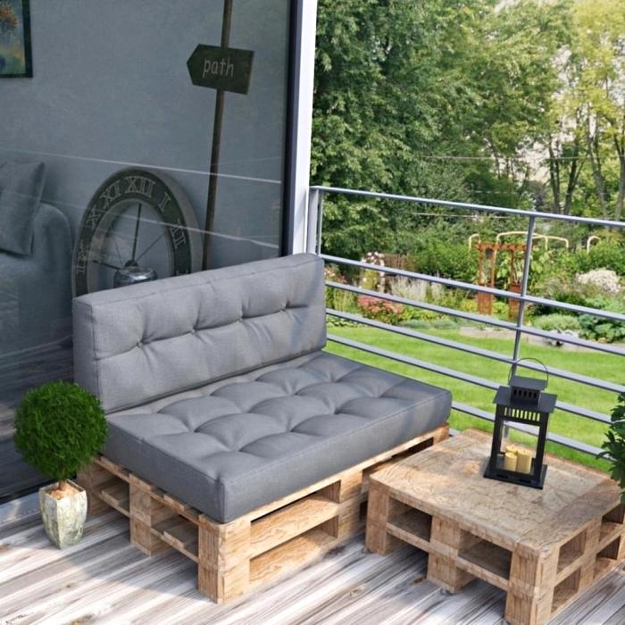 déco de style moderne sur une petite terrasse au plancher en bois aménagée avec mobilier DIY en palettes