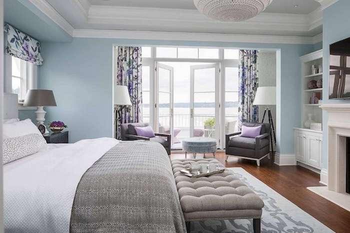 Idée papier peint chambre aménagement chambre adulte pièce harmonieuse decoration bleu claire mur bois sol et violet rideaux