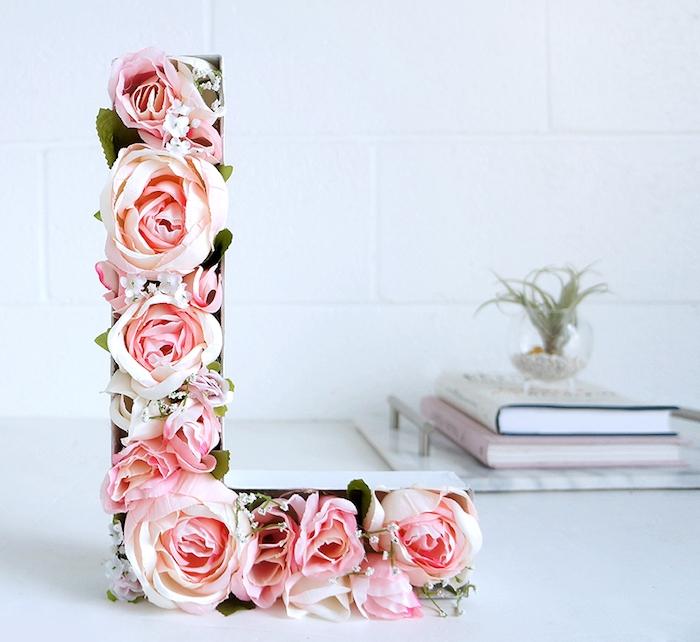 lettre décorative en carton avec des roses à l intérieur, activité manuelle ado pour décorer son bureau ou sa chambre ado fille