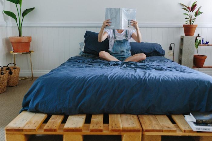 fabriquer lit simple avec sommier palettes pour chambre adulte avec objets déco nature
