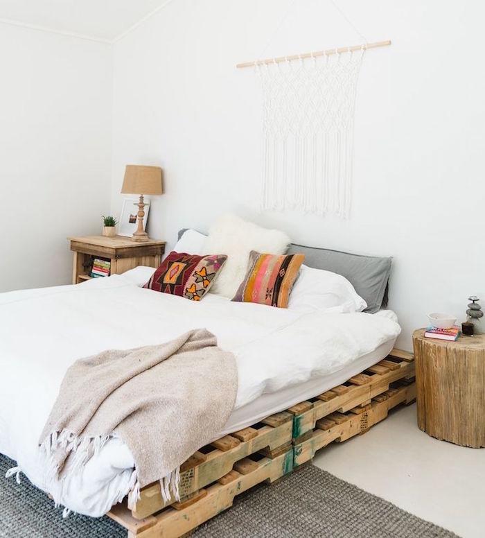 sommier palette style déco rustique avec meubles en bois recyclés et tissage mural sur mur blanc