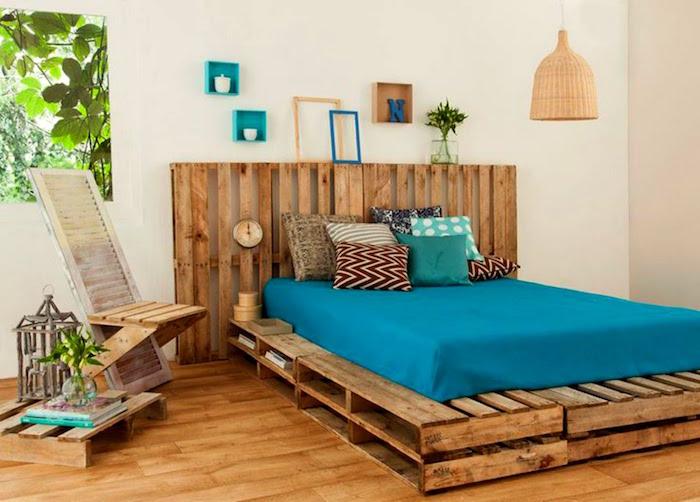 matelas palette adulte lit double sur bois de recup dans chambre deco ethnique boheme