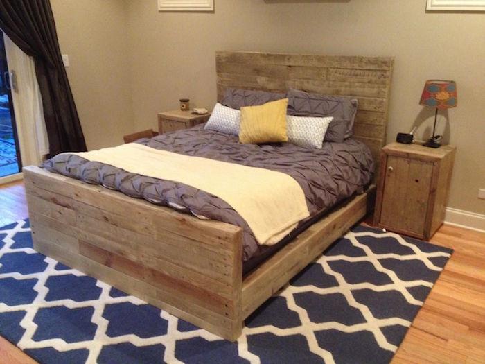 table de chevet et cadre de lit en bois de palettes rustique sur tapis moquette