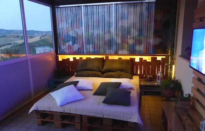 lit palette europe double adulte avec double palettes dans salon patio sur carrelage