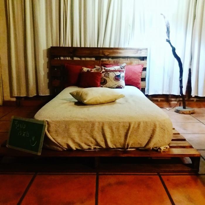 faire un lit bas avec des palettes et matelas simple sur chambre carrelage
