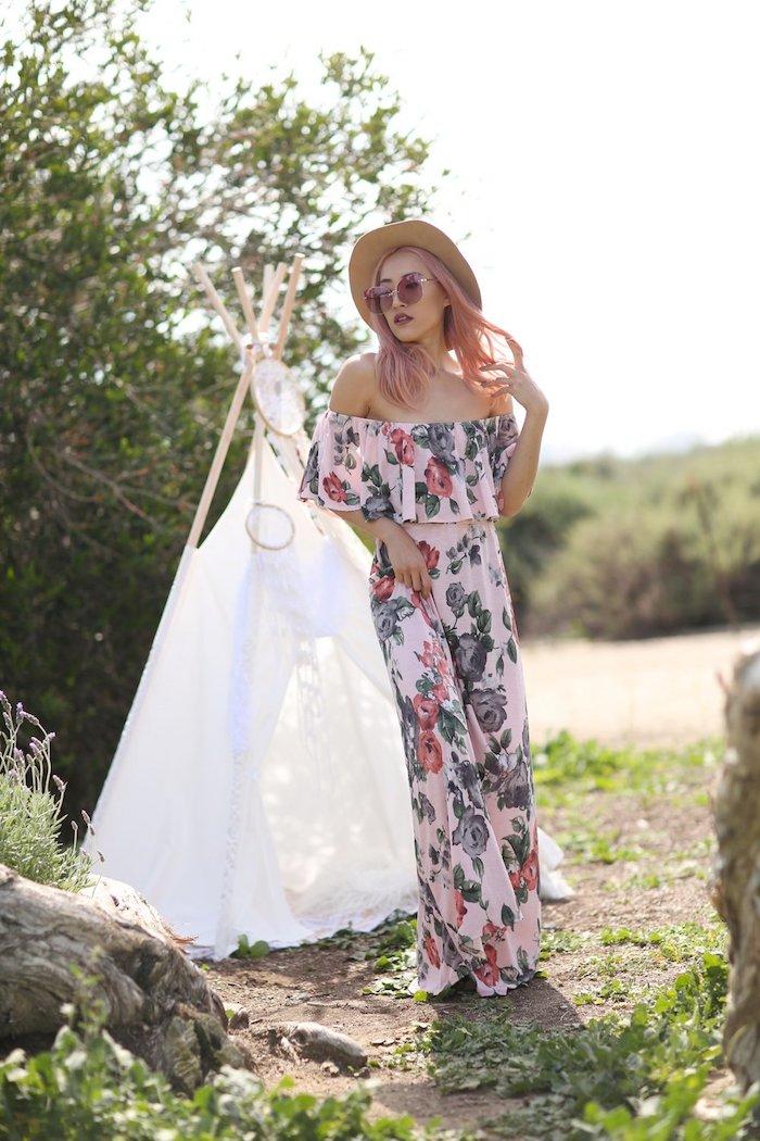 Longue rose pale vetement hippie chic cool idee pour shabiller bien robe fleurie longue épaules dénudées tipi photo