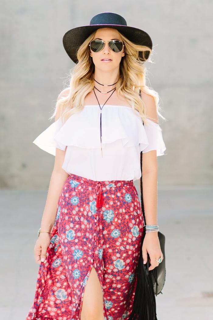 vetement style boheme avec une jupe longue rouge aux fleurs bleues et top blanc aux épaules dénudées et accessoires noirs