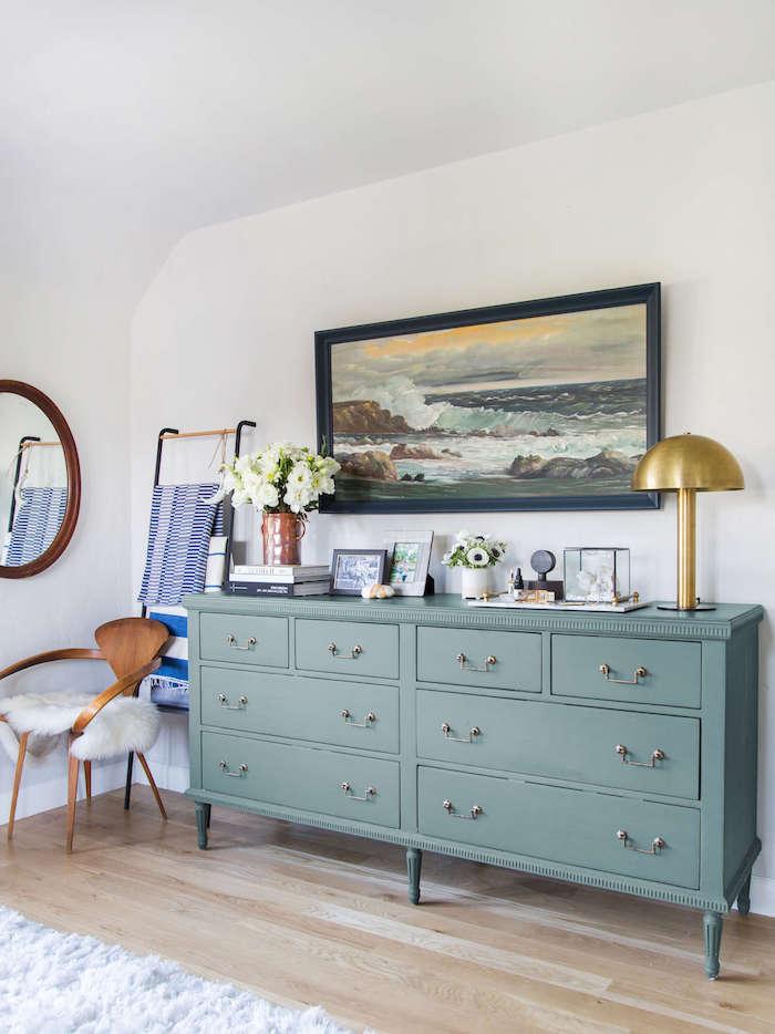 Couleur peinture chambre aménagement chambre adulte couleur opposition déco détails vintage cabinet lampe doree peinture ocean