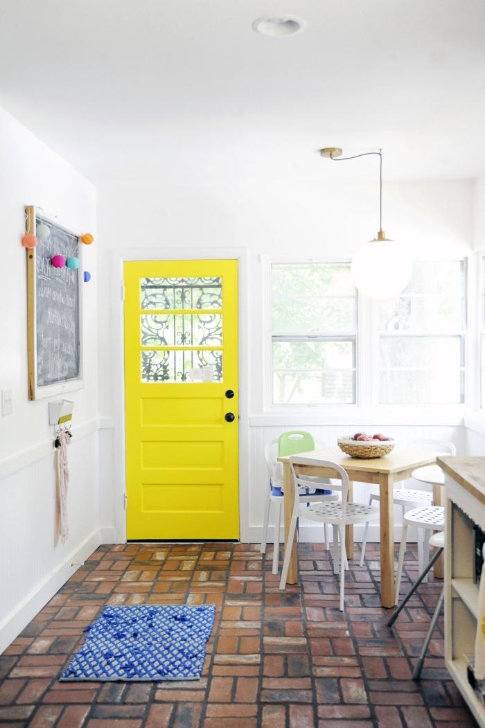 quelle couleur peindre une porte en bois d'intérieur pour en fair un élément décoratif à part, cuisine blanche au carrelage en briques aux accents colorés qui y apportent de la fraîcheur