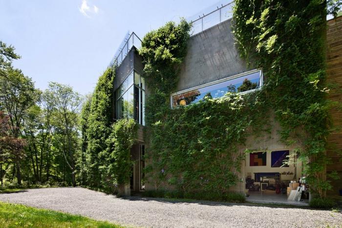 culture verticale avec mur vegetal en palette, espace résidentiel, maison avec architecture futuriste, terrasse sur l;e toit avec garde-corps en verre et en métal