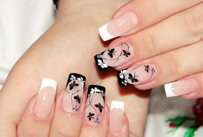 exemple ongle manucure french en blanc et noir, ongles longs de base transparente aux bouts noirs et blancs avec déco florale