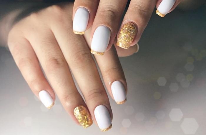 idée décoration des ongles en blanc et or, modele ongle en gel de base vernis blanc avec bouts en glitter or