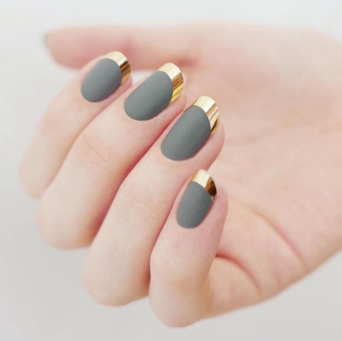 modele ongle nail art facile avec vernis de base gris mate et bouts à décoration métallique en or, modèle manucure french en couleurs