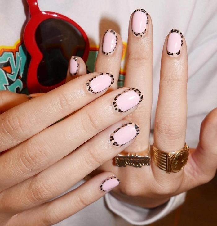 exemple de nail art moderne de style manucure french avec base rose pastel et décoraiton à design motifs panthère