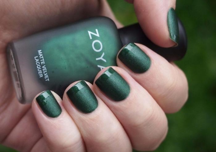 exemple de manucure facile à design français avec base en vernis vert mate et bouts en vernis vert brillants