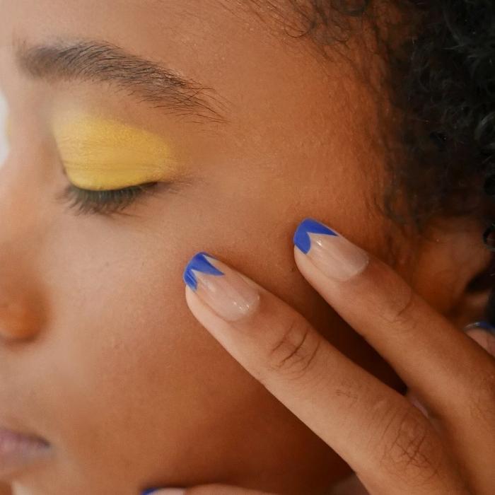 idée pour une manucure originale avec vernis de base transparente et joli dessin en bleu foncé sur les bouts des ongles
