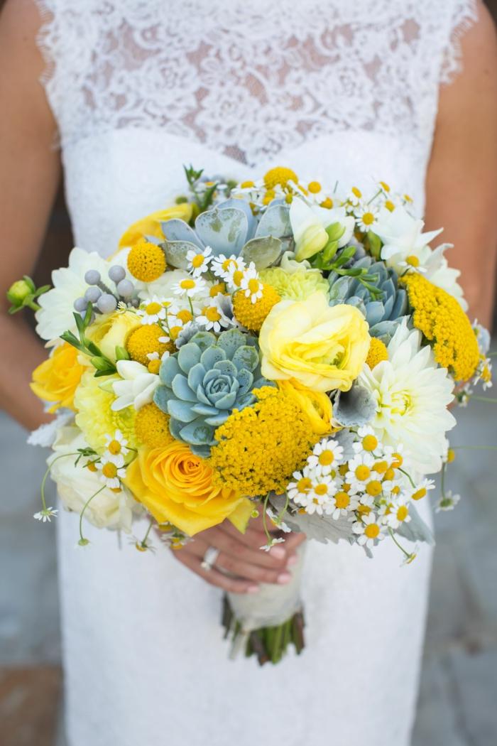 bouquet de mariée rond avec des fleurs jaunes et blanches, marguerites et succulentes