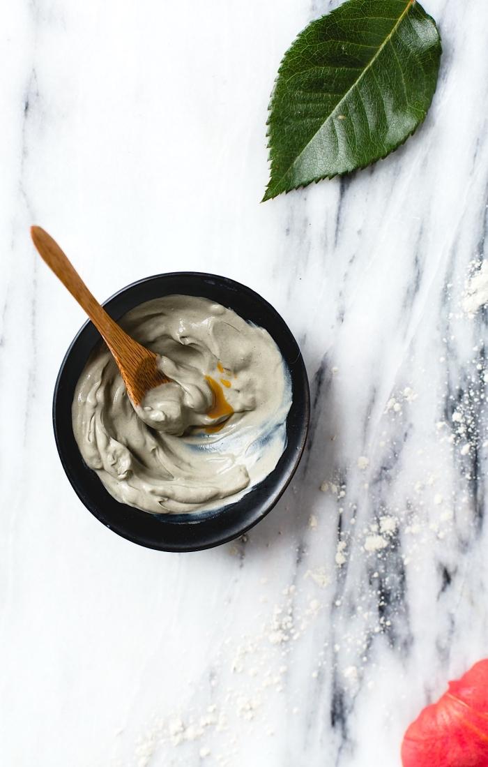 masque hydratant maison à l'argile verte et à l'huile essentielle d'églantier pour un teint parfait en été, soin du visage naturel pour la peau sèche