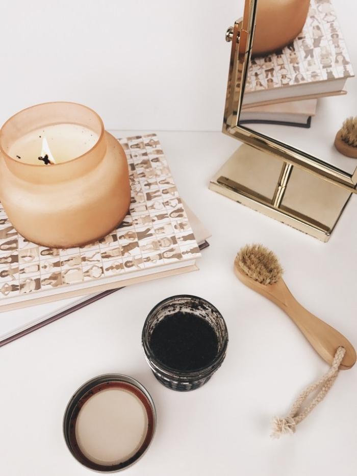 masque fait maison au café, sucre roux et huile de coco, à double action, à la fois exfoliant et hydratante, soin du visage naturel à base des ingrédients qu'on a dans sa cuisine