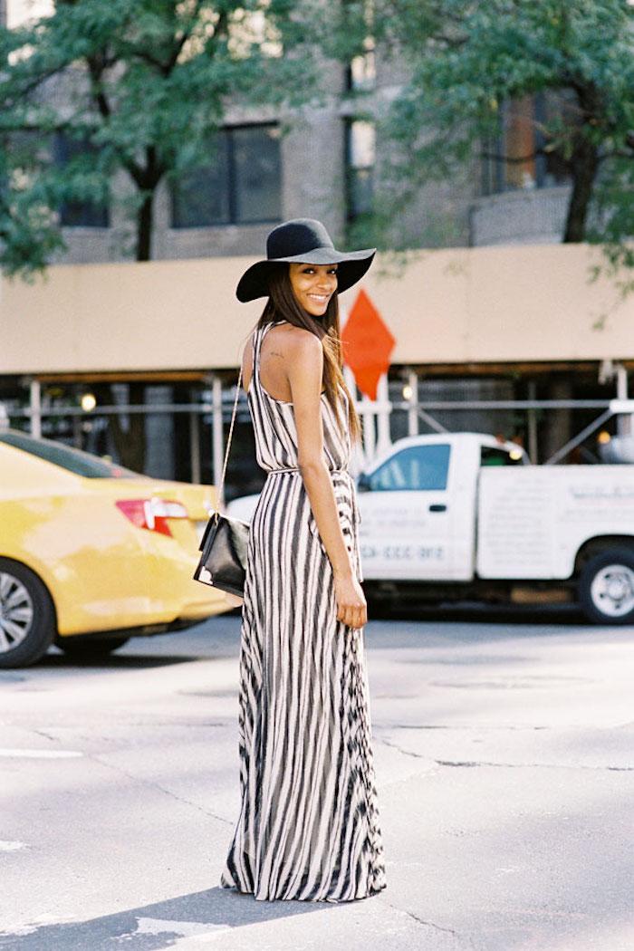 Comment s'habiller quand fait chaud robe légère été robe de plage longue rayé adorable photo femme sourire