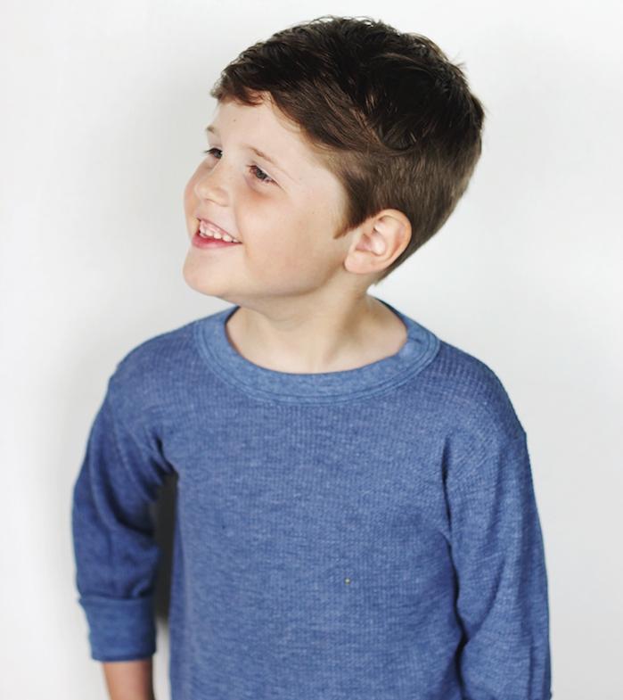 mèche asymétrique décoiffée et cotés en dégradé, top bleu, idée de coiffure pour garçon simple et moderne