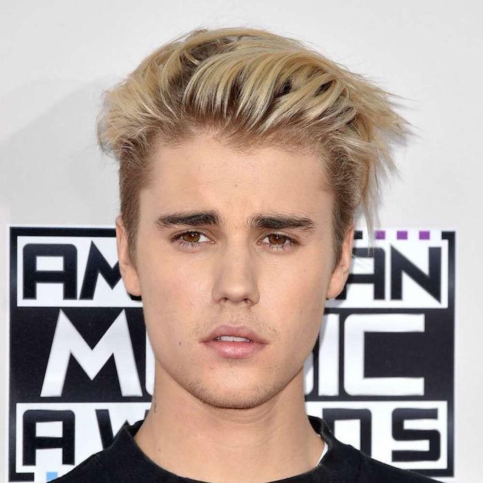coupe de cheveux justin bieber avec teinture blonde homme avec meche sur le dessus