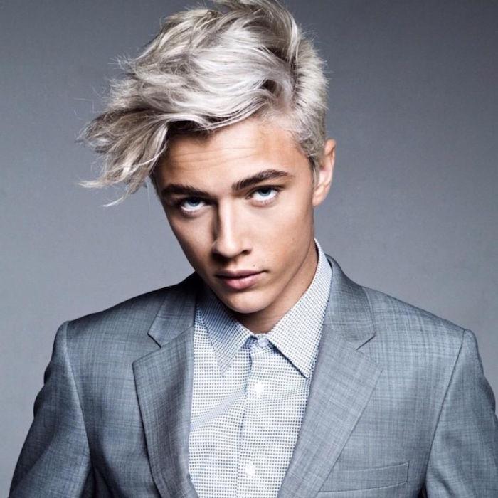 costume gris et teinture cheveux homme blond platine gris polaire tendance