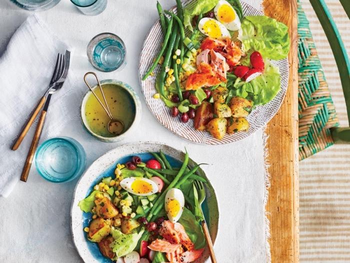 repas minceur idéal pour l'été, recette salade été façon niçoise, de saumon, haricots verts, œufs durs et pommes de terre à l'aneth