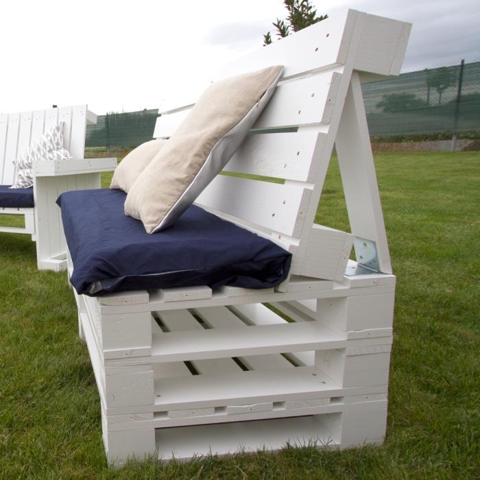 modèle de meuble en palette facile réalisé avec palette de bois coupée en deux et peinte en blanc, accessoires pour mobilier en bois