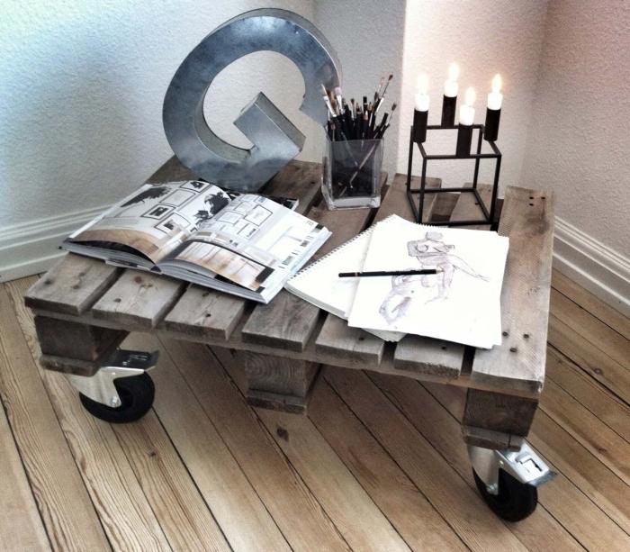 une table palette à roulettes d'aspect brut industriel pour y exposes ses magazines et ses petits objets déco