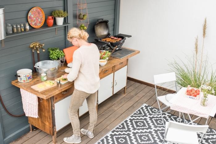 astuce comment arranger ustensile de cuisine sur un mur extérieur avec rangement étagères de bois peintes en gris