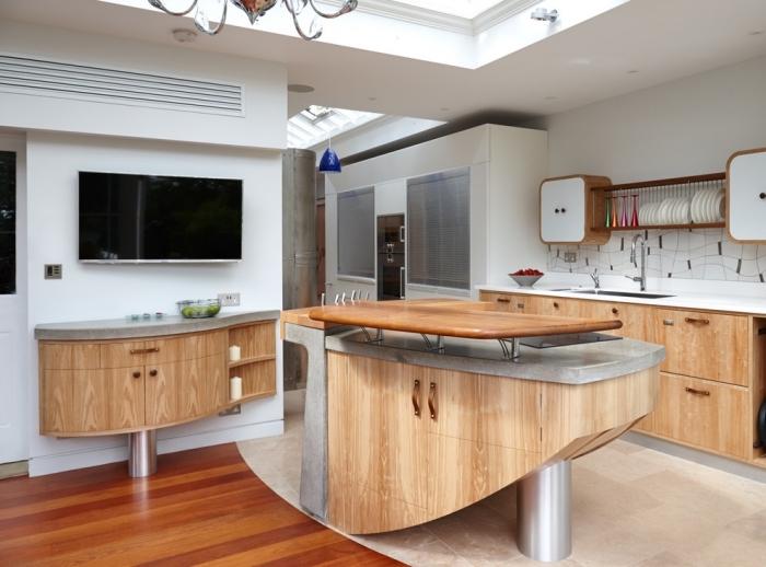cuisine bois et blanc avec sol en carrelage beige et parquet bois marron, modèle de plafond suspendu avec fenêtre