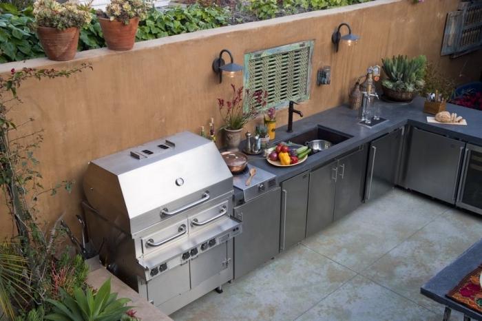 choix de matériel pour plan de travail exterieur résistant, aménagement de cuisine en L avec barbecue et évier extérieur