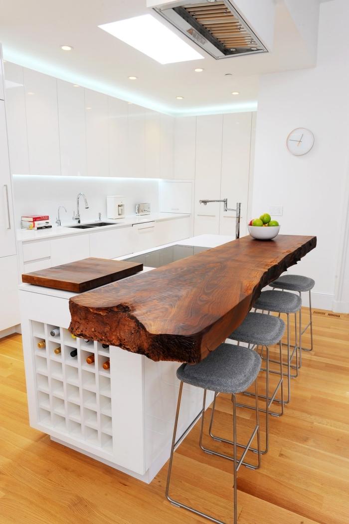 aménagement de cuisine tendance avec armoires blanches sans poignées et ilot central de bois massif foncé