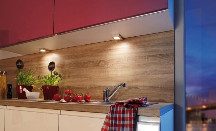 modèle de cuisine bois moderne avec crédence bois et armoires blanches sans poignées, idée éclairage sous meubles