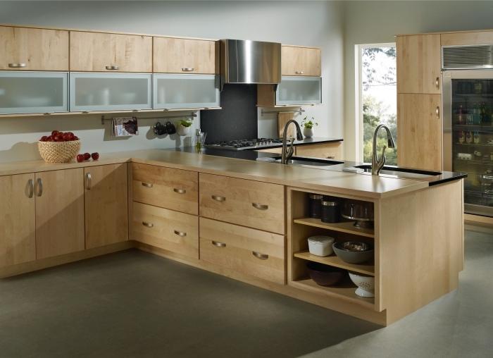 décoration d'intérieur aux murs gris clair, modèle de cuisine aménagée avec meubles en bois clair et hotte aspirante argent