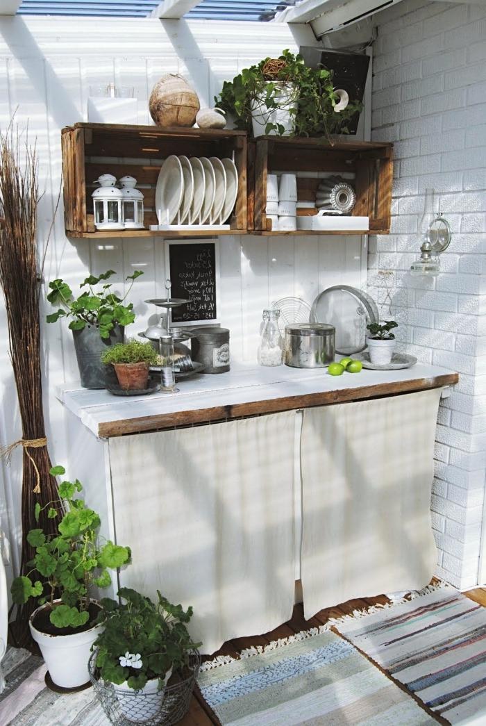exemple quel rangement d'ustensile de cuisine pour jardin, meuble rangement en palette accroché sur les murs