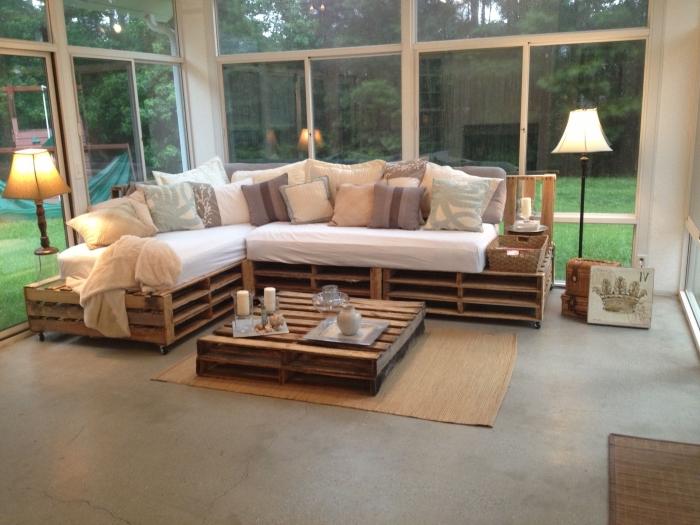 canapé et table basse originale réalisés entièrement avec des palettes récupérées pour un intérieur au charme brut authentique