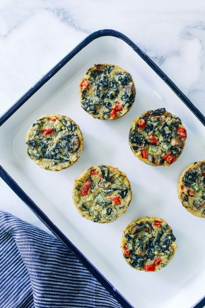 recette de mini frittata vegan de légumes, quinoa et champignons, petit déjeuner sain facile et rapide