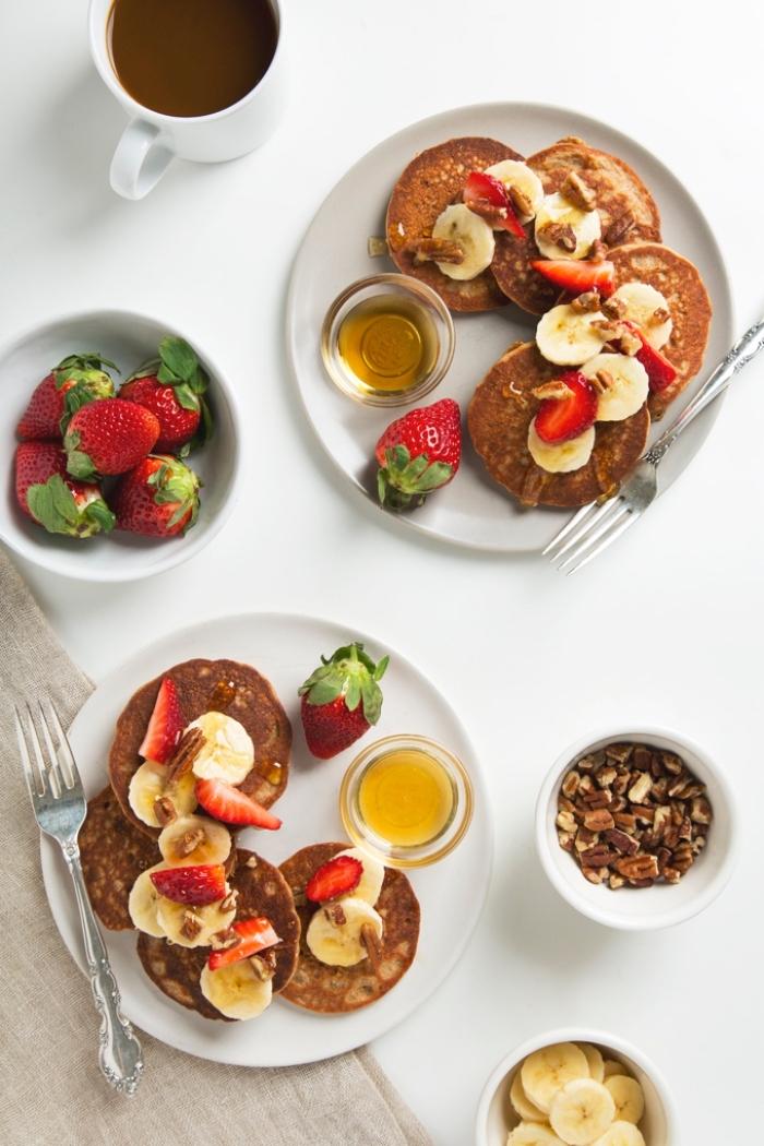 petit déjeuner vegan facile préparé en 5 minutes, recette de mini-pancakes vegan sans oeufs ni beurre, préparés avec de la farine de pois chiche
