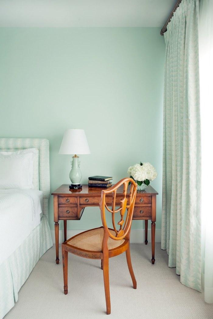 Idée couleur chambre aménagement chambre adulte deux couleurs opposés mint et bois cool combinaison