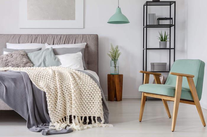 Tendance couleur 2018 aménagement chambre adulte le gris le bleu et le marron détail vert menthe