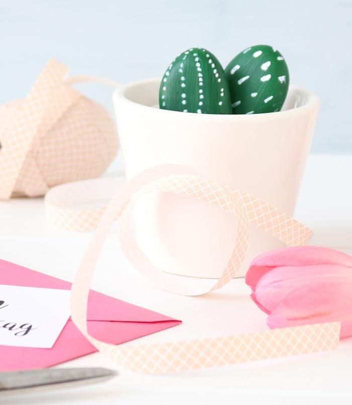 pot de fleur blanc avec des galets imitation cactus en peinture verte et touches de peinture blanches, cadeau maitresse et atsems diy