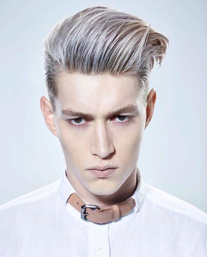 teinture blond platine homme avec meches coloration grise sur coupe rockabilly style pompadour
