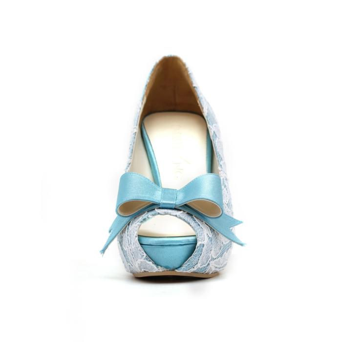 satin bleu pastel recouvert de dentelle blanche, chaussure mariage femme, chaussure mariee, gros nœud devant, style poupée